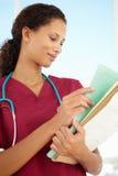 Verticale de jeune docteur féminin Image stock