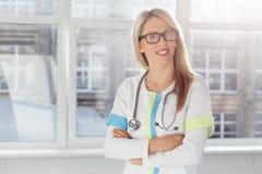 Verticale de jeune docteur féminin Photos stock