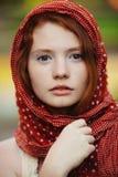 Verticale de jeune femme à l'extérieur images libres de droits