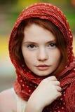 Verticale de jeune femme à l'extérieur photographie stock