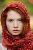 Verticale de jeune femme à l'extérieur photo stock