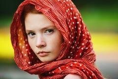 Verticale de jeune femme à l'extérieur image stock