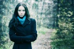 Verticale de jeune femme à l'extérieur photographie stock libre de droits