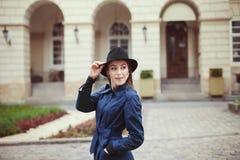 Verticale de jeune femme élégante Concept de mode de rue Image libre de droits