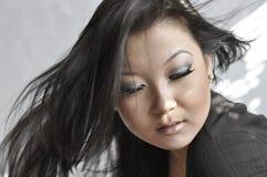 Verticale de jeune femme asiatique attirante Photos libres de droits
