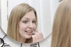 Verticale de jeune femme attirante photo stock