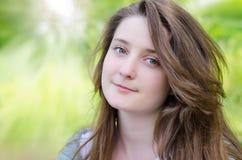 Verticale de jeune femme attirante image libre de droits