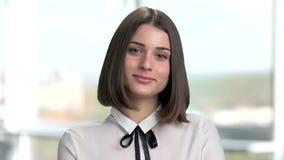 Verticale de jeune femme attirante de brunette banque de vidéos
