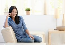 Verticale de jeune femme attirante sur le divan Image libre de droits