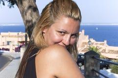 Verticale de jeune femme au bord de la mer photo libre de droits