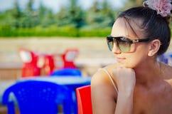 Verticale de jeune femme avec des lunettes de soleil photo libre de droits