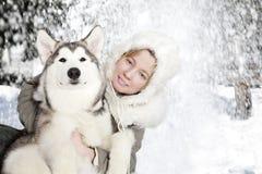 Verticale de jeune femme avec le chiot de malamute Photographie stock libre de droits
