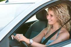 Verticale de jeune femme conduisant le véhicule images stock