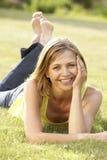 Verticale de jeune femme détendant dans la campagne Photographie stock libre de droits
