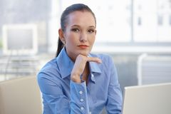 Verticale de jeune femme d'affaires intelligente Photos stock