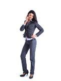 Verticale de jeune femme d'affaires parlant sur le mobile Image stock