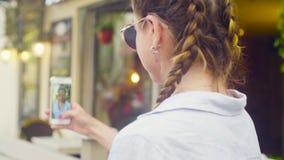 Verticale de jeune femme dans des lunettes de soleil clips vidéos