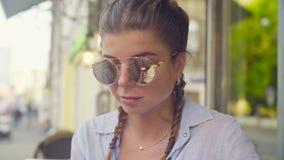 Verticale de jeune femme dans des lunettes de soleil banque de vidéos