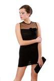 Verticale de jeune femme dans la robe noire image stock
