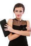 Verticale de jeune femme dans la robe noire photos stock