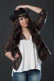 Verticale de jeune femme dans le chapeau image libre de droits