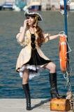 Verticale de jeune femme dans le costume de pirate à l'extérieur image stock