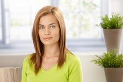 Verticale de jeune femme dans le sourire de vert vif photo stock