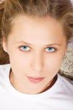 Verticale de jeune femme de beauté Photos libres de droits