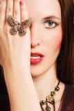 Verticale de jeune femme de beauté avec le bijoutier de luxe Images libres de droits