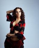 Verticale de jeune femme de beauté dans le costume gitan Photos libres de droits