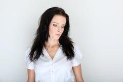 Verticale de jeune femme de brune dans code vestimentaire formel avec le sérieux Photographie stock libre de droits