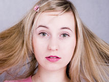 verticale de jeune femme de cheveu blond Photographie stock libre de droits