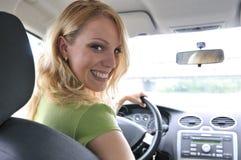 Verticale de jeune femme de sourire à l'intérieur d'un véhicule images stock