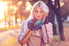 Verticale de jeune femme en stationnement d'automne Image libre de droits