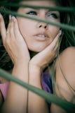 Verticale de jeune femme extérieure Photographie stock