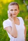 Verticale de jeune femme parlant en fonction Image stock