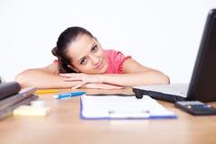 Verticale de jeune femme relaxed d'affaires Images stock