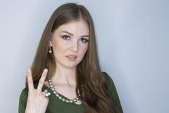 Verticale de jeune femme de sourire d'affaires profondeur de zone limit?e photographie stock