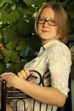 Verticale de jeune femme utile Image libre de droits