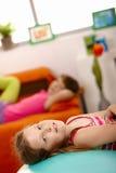 Verticale de jeune fille à la maison Image libre de droits
