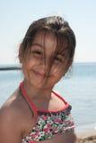 Verticale de jeune fille à la plage Photographie stock libre de droits