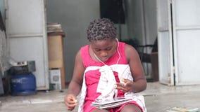 Verticale de jeune fille avec des écouteurs clips vidéos