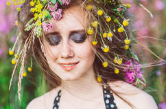 Verticale de jeune fille avec les yeux fermés photos libres de droits