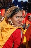 Verticale de jeune fille de rajasthani aux vacances justes de chameau dans Pushkar Images libres de droits