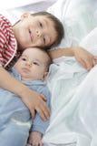 Verticale de jeune frère et de soeur Photo libre de droits