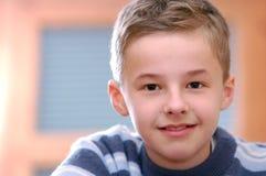 Verticale de jeune garçon photo libre de droits