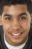 Verticale de jeune garçon de sourire Photographie stock libre de droits