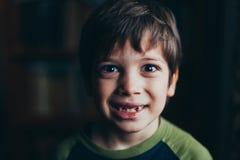 Verticale de jeune garçon de sourire photos libres de droits
