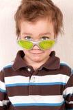 Verticale de jeune garçon en glaces vertes Photo libre de droits