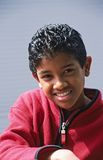 Verticale de jeune garçon regardant l'appareil-photo photographie stock libre de droits